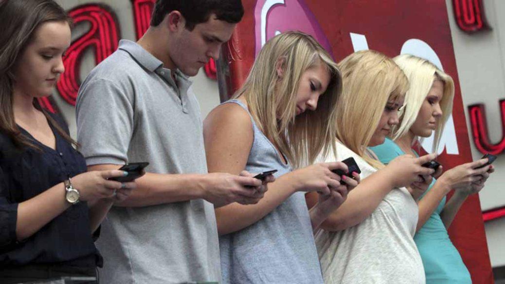 Περισσότερα κινητά, λιγότερη επικοινωνία