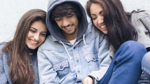 Νέο smartphone με την κομμένη σύνταξη: η ελληνική οικογένεια των 10s